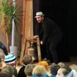 Het winterfeest op de vrijeschool in Wageningen start met het luiden van de Waldorf100 Klok